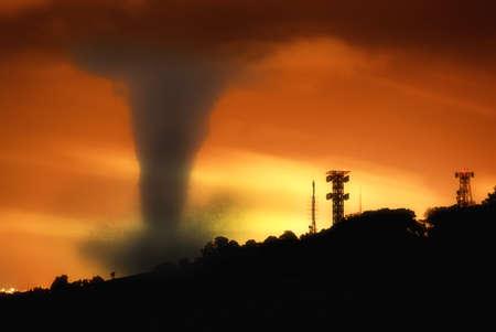 katastrophe: Twister bei Sonnenuntergang auf der Stadt