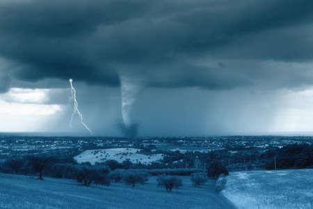 catastrophe: une tornade frappe la ville dans la vall�e