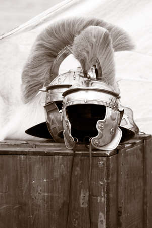 cascos romanos: dos cascos romanos sobre un caso de madera  Foto de archivo