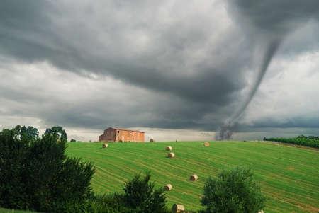 estado del tiempo: campo con tornado cerca el granero