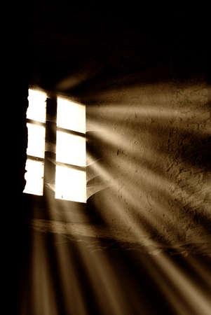soledad: rayos de luz a trav�s de la ventana Foto de archivo