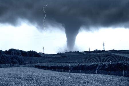 catastrophe: tornade entrant dans les champs