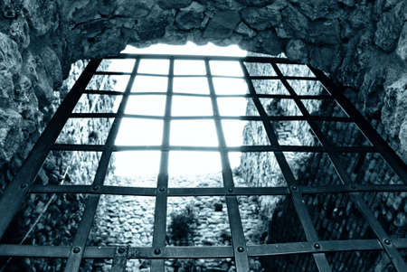 escape from prison: iron door to get out of prison