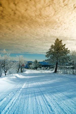 monta�as nevadas: sorprendente Crep�sculo en carretera de monta�a