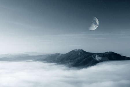 cielo estrellado: cielo estrellado con la luna sobre el valle niebla