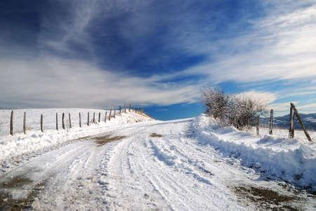 january sunrise: peligroso camino con nieve y hielo en la monta�a