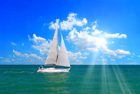 voile: voilier dans la mer sous le soleil.