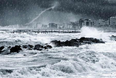 estado del tiempo: la lluvia y el rel�mpago en la ciudad