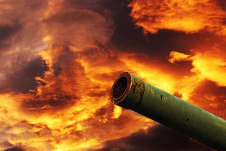under fire: armas bajo el fuego rojo nublado