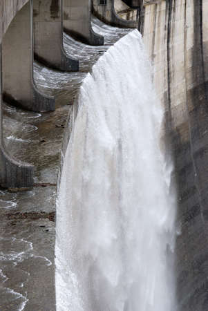 overflow: wall of the dam with overflow