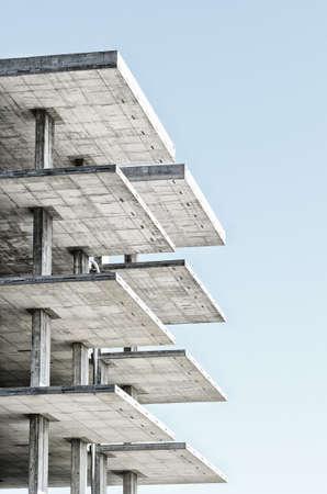 concrete: estructura de hormigón armado con el cielo azul