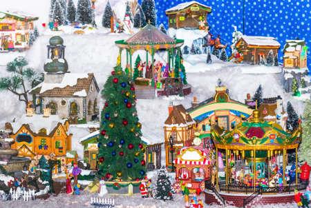 scena di inverno con l'albero di Natale, in miniatura di appartamenti e scatole regalo. Concetto di Natale. sfondo