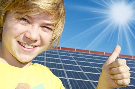 energia solar: Los pulgares para arriba la energ�a solar Foto de archivo