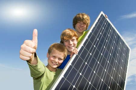 sonnenenergie: Drei Jugendliche mit Solarmodul