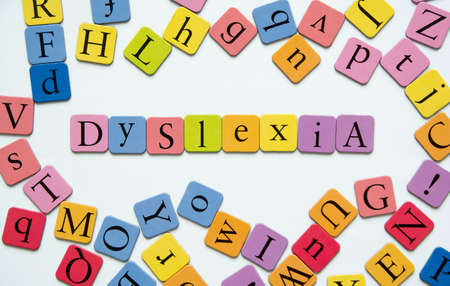 Letras magnéticas de juguete ortografía de la palabra; Dislexia Foto de archivo - 33449292