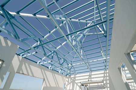 estructura: Estructura del marco del techo de acero para la construcci�n. Foto de archivo