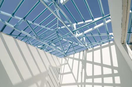 Structuur van stalen dak frame voor de bouw.