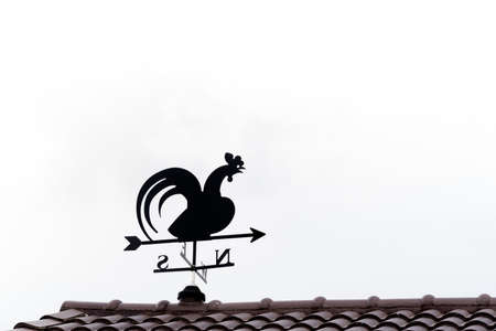 puntos cardinales: Veleta con gallo encima de una flecha y los cuatro puntos cardinales Norte Sur Este-Oeste