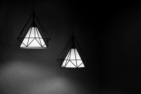 2 つのペンダント ライトは、天井に掛かっています。黒と白の色合いの現代的なデザイン。 写真素材