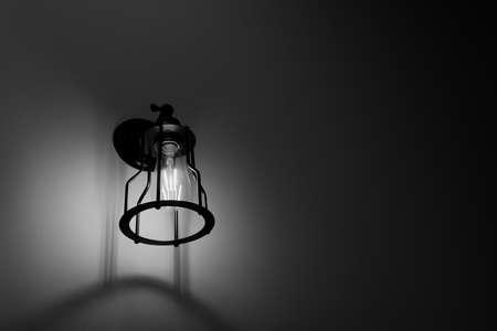 Lampada da parete con tonalità in bianco e nero sul muro di