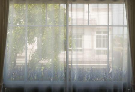 白いカーテンと窓から美しい朝の光。