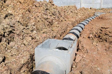 Concrete drainagepijp en mangat op bouwwerf.