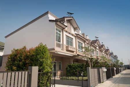 Nueva casa en venta o alquiler aislado sobre fondo de cielo azul. Concepto inmobiliario