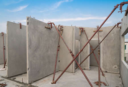 Installation de panneaux muraux de bâtiment préfabriqués pris en charge avec une prise en U.