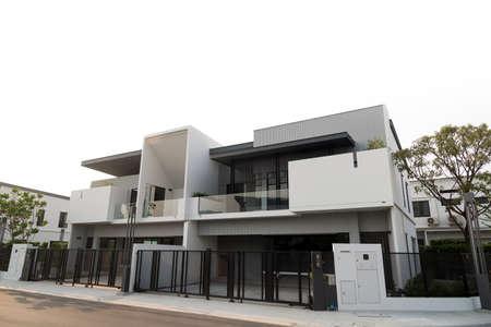 Bel extérieur de la maison de luxe nouvellement construite à vendre ou à louer. Isolé sur fond blanc. Banque d'images