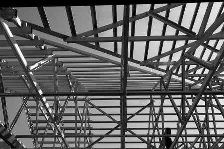 Struttura del telaio del tetto in acciaio per la costruzione di edifici. Foto in bianco e nero.