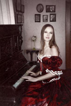 Vrouw en piano Stockfoto