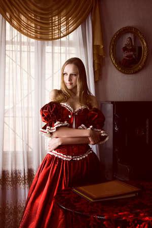 Vrouw in oude interieur