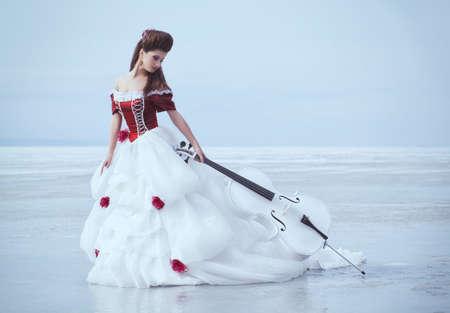 Mooie brunette in een jurk