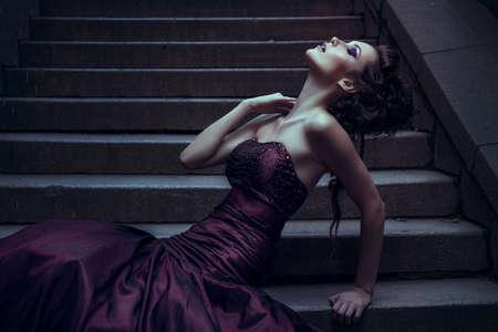 traje de gala: Mujer hermosa en vestido violeta