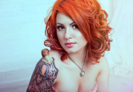 sexy tattoo: Mujer pelirroja sensual Foto de archivo