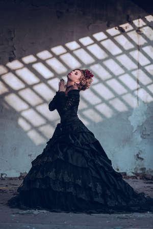 mujeres elegantes: Misteriosa mujer vestida de g�tica vestido posando en el edificio arruinado