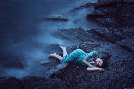 Schöne junge Frau auf dem Meer Standard-Bild - 31762658