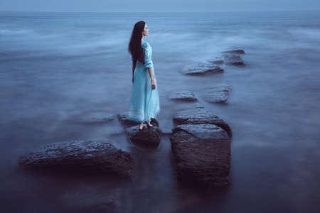 Mooie jonge vrouw op zee Stockfoto