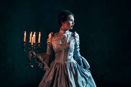 ビクトリア朝のドレスを着た女性