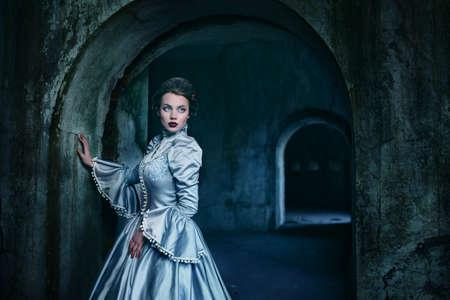 medieval dress: Mujer en traje victoriano