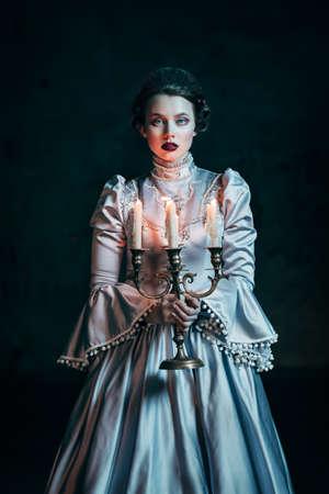 Vrouw in Victoriaanse jurk