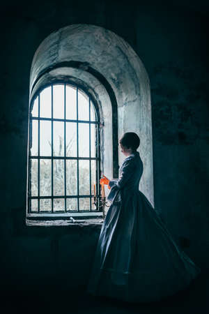 Donna in abito vittoriano