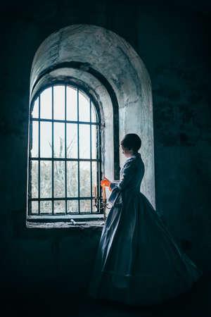 castillo medieval: Mujer en traje victoriano