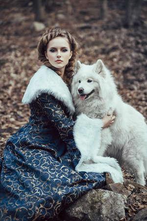 medieval dress: La mujer en invierno caminar con un perro Foto de archivo