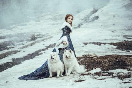 medieval dress: La mujer en el paseo de invierno con un perro Foto de archivo