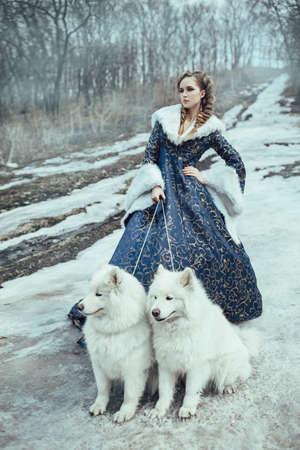 mujer con perro: La mujer en el paseo de invierno con un perro Foto de archivo