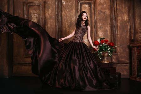 mujer elegante: Retro Beautiful woman portrait
