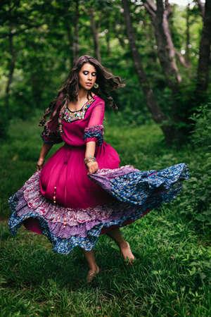 gitana: Retrato de una hermosa gitana niña de vestido violeta