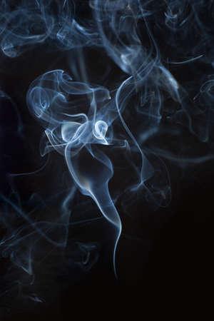 humo: Resumen de humo blanco sobre fondo negro. De cerca