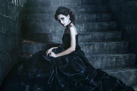 maquillaje de fantasia: Lanzamiento de la triste morena sobre el fondo antiguo edificio